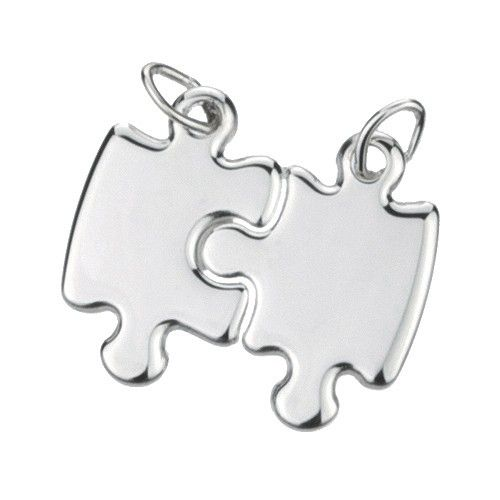 """Massief zilveren graveerplaatje, model """"breekpuzzel"""". Bestaat uit twee puzzelstukjes die in elkaar passen. De delen zijn afzonderlijk te dragen als twee aparte hangertjes. Inclusief gratis graveren."""