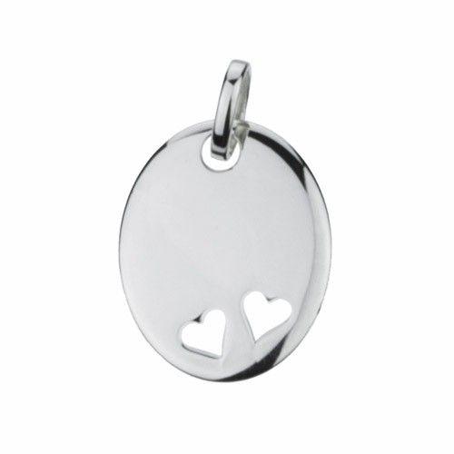 Massief zilveren graveerplaatje, ovaal model met 2 uitgestanste hartjes. Afmetingen van dit hangertje: 20 x 17 mm. Inclusief gratis graveren.