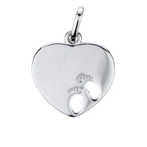 Massief zilveren graveerplaatje, groot model hartje met 2 uitgestanste baby voetjes. Afmetingen van dit hangertje: 18 x 20 mm. Inclusief gratis graveren.