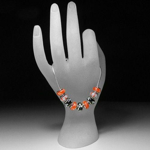 Zilveren bedelarmbandje van het merk Simkids met 9 gekleurde glaskralen. Lengte 17 cm, 18 cm of 19 cm.
